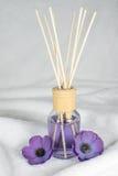 Bien-être, huile aromatique avec les fleurs pourpres image libre de droits