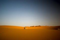 Bien en el desierto de Sáhara Imagenes de archivo