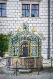 Bien en el patio del castillo de Jindrichuv Hradec, Checo Republi Imagen de archivo libre de regalías