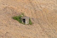 Bien hecho viejo de la piedra en un campo arado Piamonte Italia Imagen de archivo