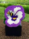 Biene auf Pansy In Lego Lizenzfreie Stockbilder