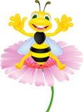 Biene, die auf Blume sitzt Lizenzfreie Stockfotografie