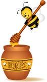 Biene, die einen hölzernen Honiglöffel trägt Stockfotografie