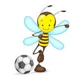 Biene, die Fußball spielt Stockfotografie