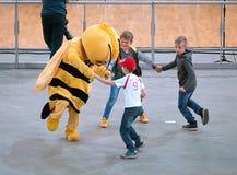 Biene und Fans stockfotografie