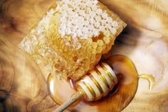 Bienen-Bienenwabe und Schöpflöffel stockfotografie