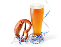 Bienenbierkrug mit frischem Dampfer des Bieres und bayerischem Partei Oktoberfest Lizenzfreies Stockfoto