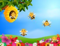 Bienenfliegen um einen Bienenstock im Garten lizenzfreie abbildung