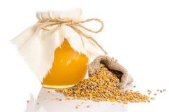 Bienenprodukte: Honig, Blütenstaub auf weißem Hintergrund Lizenzfreie Stockfotos