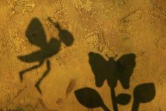 Bienenschmetterlings-Schatten-Steinhintergrund stockbild