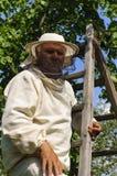 Bienenwächter mit einem Schwarm von Bienen Lizenzfreie Stockfotos