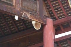 Bienenwabe auf einem Holzbalken Lizenzfreies Stockfoto