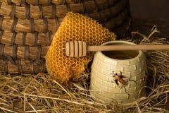 Bienenwabe und alter Bienenstock lizenzfreies stockbild
