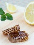 Bienenwabe, Zitrone und Pfefferminz Lizenzfreie Stockfotos