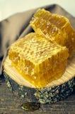 Bienenwaben auf hölzernem Hintergrund Stockbild
