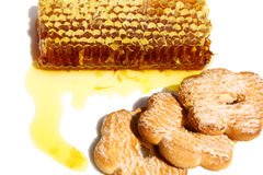 Bienenwaben mit Plätzchen Stockfotos