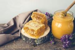 Bienenwaben- und Glastopf mit Honig Lizenzfreie Stockbilder