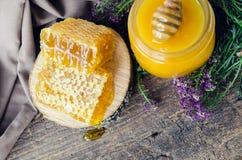 Bienenwaben- und Glastopf mit Honig Lizenzfreie Stockfotos