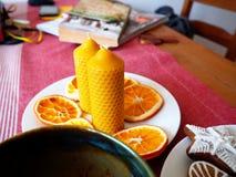 Bienenwachskerzen und getrocknete Orangen Lizenzfreies Stockbild
