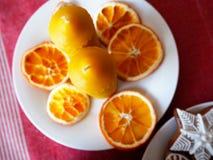 Bienenwachskerzen und getrocknete Orangen Stockfotos