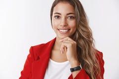 Bienestar, concepto del éxito Empresario moderno atractivo sonriente confiado de la mujer adulta que lleva la sensación roja de l fotografía de archivo