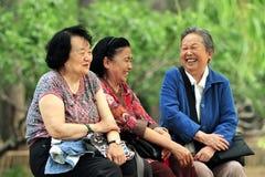 Bienestar de mujeres mayores en China imagenes de archivo