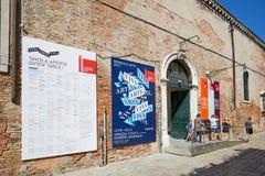 Biennale arte, ingang van de kunst de tweejarige tentoonstelling met mensen in Venetië, Italië royalty-vrije stock foto's