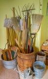 Biens d'équipement ménager dans une épicerie générale de vieux village Images stock