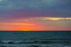 Bientôt le nouveau jour commencera, la mer est agité image libre de droits