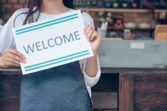 Bienvenido Pequeña tienda del café del dueño de lanzamiento joven Imagenes de archivo