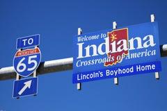 Bienvenue au signe de route de l'Indiana contre le ciel bleu. Photos libres de droits