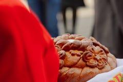 bienvenue de sel de pain Un rituel traditionnel de pain et de sel de offre ? un visiteur photos stock