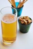Bier, Acajounüsse im grünen Glas und Snack Lizenzfreies Stockbild