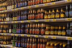 Bier auf den Regalen im Supermarkt Stockfotografie