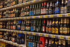 Bier auf den Regalen im Supermarkt Lizenzfreie Stockbilder