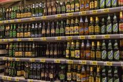 Bier auf den Regalen im Supermarkt Stockfoto