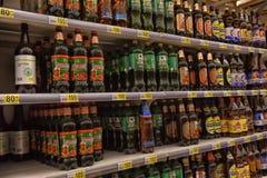 Bier auf den Regalen im Supermarkt Lizenzfreies Stockbild
