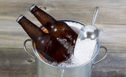 Bier auf Eis während der Jahreszeit stockbilder