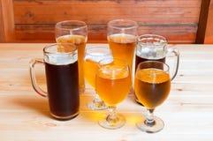 Bier auf hölzerner Tabelle Selektiver Fokus Lizenzfreie Stockbilder