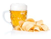 Bier-Becher mit Schaumgummi und Stapel der Kartoffelchips stockbild