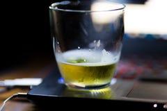 Bier bij de bodem van het glas royalty-vrije stock foto's