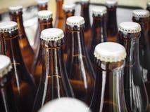 Bier-Brauereien, die Flaschen mit Kappenabschluß oben verpacken stockbild