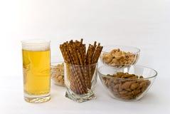 Bier, cachou, pinda's, amandelen en gezouten pretzel Stock Foto