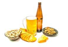 Bier, Chips, Cracker und Pistazien stockbild