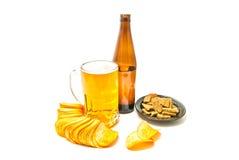 Bier, Chips und Roggencracker lizenzfreies stockbild