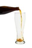 Bier, das in ein Glas gießt Lizenzfreies Stockfoto