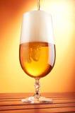 Bier, das in ein Glas gießt Stockfotografie