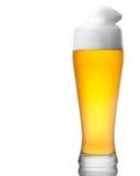 Bier in das Glas getrennt auf Weiß Stockfoto