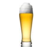 Bier in das Glas getrennt auf Weiß Stockfotografie