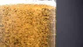 Bier, das in Glas gießt stock video